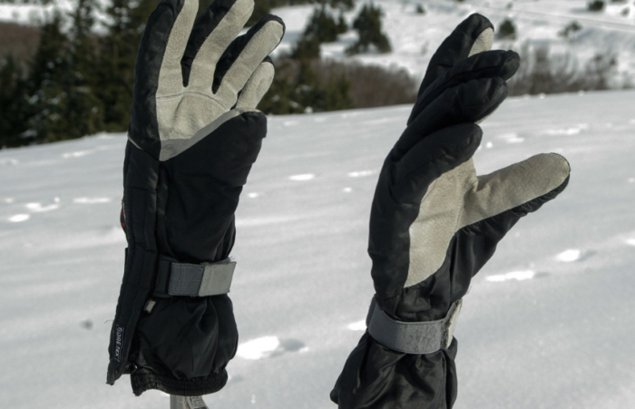 1 pair of snowboarding gloves